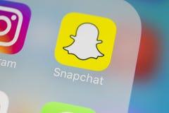 Snapchat在苹果计算机iPhone x智能手机屏幕特写镜头的应用象 Snapchat app象 社会媒介象 3d网络照片回报了社交 免版税库存照片