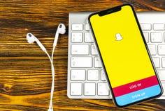 Snapchat applikationsymbol på närbild för skärm för smartphone för Apple iPhone X Snapchat app symbol Social massmediasymbol bild Arkivbilder