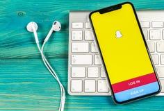 Snapchat applikationsymbol på närbild för skärm för smartphone för Apple iPhone X Snapchat app symbol Social massmediasymbol bild Royaltyfria Bilder