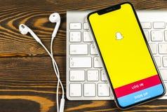 Snapchat applikationsymbol på närbild för skärm för smartphone för Apple iPhone X Snapchat app symbol Social massmediasymbol bild Royaltyfria Foton