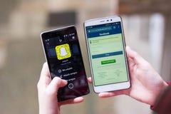 Snapchat del agaisnt de Facebook, snapchat en el mercado de acción Foto de archivo libre de regalías