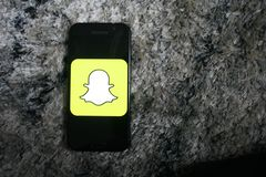 Snapchatembleem app op de telefoon van het schermsamsung royalty-vrije stock foto's