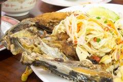 Snapper friterade/Fried Sea Bass med fisksås, thailändsk mat Royaltyfria Bilder