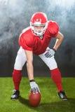 Snapper sicuro di football americano sul campo fotografia stock
