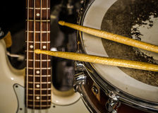 snare τύμπανο με τα τυμπανόξυλα και τη βαθιά κιθάρα Στοκ Εικόνες