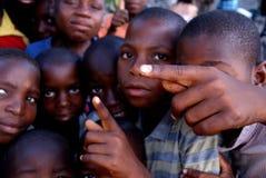 Snarlik lantlig bild av några svarta barn Arkivfoto