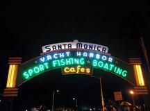 Snata Monica mola znak przy nocą Obrazy Royalty Free