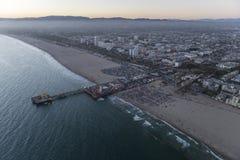 Snata Monica molo i plaża zmierzchu antena Zdjęcia Royalty Free