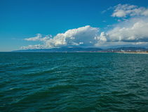 Snata Monica wybrzeża linii upływ z chmurami i oceanem zbiory