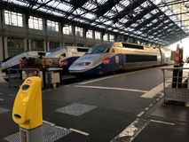 SNCF TGV utbildar på plattformen på nordlig drevstation Väntande på passagerare för snabbt TGV-drev som går till Schweiz royaltyfri bild