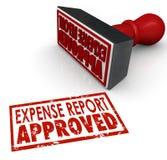 Sänder den godkända stämpeln för kostnadsrapporten skriver in kostnadsersättningen Arkivfoto