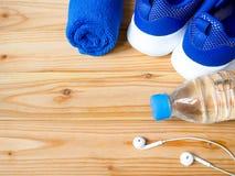 Sneakers, butelka woda, słuchawki i ręcznik, obrazy stock