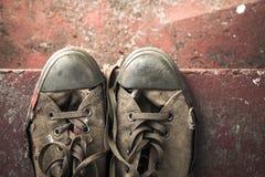 Sneakers na betonowych schodkach, odgórny widok obrazy stock