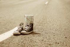 Sneakers na drodze Droga journeyer zdjęcia stock