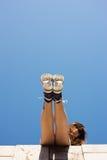 Sneakers na dziewczyna ciekach Fotografia Stock