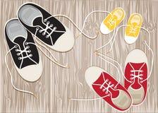 Sneakers na twarde drzewo podłoga koronki. royalty ilustracja