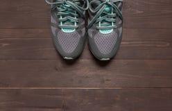 Sneakers są na drewnianym tle Zdjęcie Stock