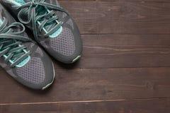 Sneakers są na drewnianym tle Obraz Stock