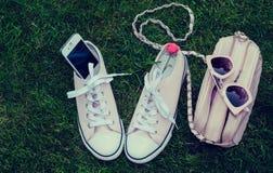 Sneakers, telefon komórkowy, kiesa i okulary przeciwsłoneczni, Obraz Royalty Free