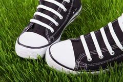 Sneakers zamykają up na zielonym gazonie Obraz Stock
