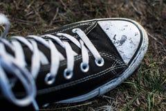 Sneakers znaczą być brudni obraz stock