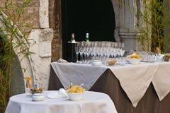 Sneaks del partito e scanalature di champagne Fotografie Stock