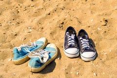 Sneakwers sur la plage Photographie stock libre de droits