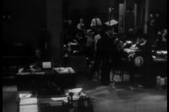 Sned bollskottfolk som arbetar i upptaget kontor lager videofilmer