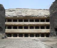 sned forntida aurangabad 26 27 backen för grottagrottaelloraen som hinduiska india nära nummer ut vaggar fasta tempel Fotografering för Bildbyråer