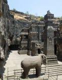 sned forntida aurangabad 26 27 backen för grottagrottaelloraen som hinduiska india nära nummer ut vaggar fasta tempel Arkivfoton