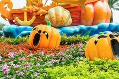 Sned guld- pumpor och framsidor i parkera till cerebrate Halloween Royaltyfria Bilder
