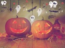 Sned pumpor i häxahatt och den halloween girlanden Fotografering för Bildbyråer