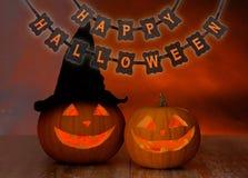 Sned pumpor och lycklig halloween girland Arkivbilder