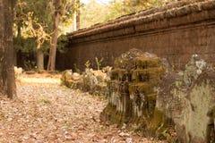 Sned stenar vid en forntida vägg i Angkor Thom Royaltyfri Fotografi