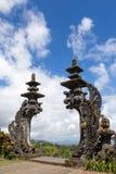 Sned stenportar i form av drake i en tempel i Bali Royaltyfri Fotografi