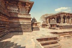 Sned stenväggar av härliga tempelbyggnader av Halebidu, med lättnader av den 12th århundradeHoysaleshwara templet, Indien Arkivbild