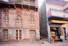 Sned väggar av den historiska herrgården Haveli Royaltyfri Fotografi