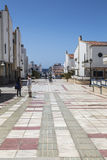 Sneda bollen belade med tegel den fot- avenyn i Puerto de las Nieves, på Gran Canaria Royaltyfri Fotografi