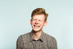 Sneda bollen för man för lyckanjutningskratt grinar sinnesrörelse royaltyfri bild