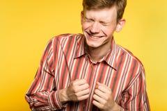 Sneda bollen för man för lyckanjutningskratt grinar sinnesrörelse arkivbild