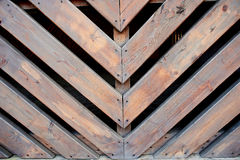 Sneda träslats Obligations- på en vinkel av 45 grader Staket som fäktar Arkivfoton