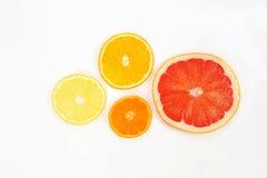 Snedda över frukten på vit bakgrund Royaltyfria Foton