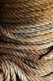Snedvrider det nautiska repet för grå färger och för brunt och Closeupbakgrundstextu royaltyfria bilder