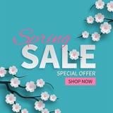 Sneed de bloemenbanner van de de lenteverkoop met document bloeiende roze kersenbloemen op blauwe achtergrond voor seizoengebonde