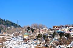 Sneeuw afgedekte bergen en een dorp Royalty-vrije Stock Afbeeldingen