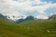 Sneeuw Afgedekte Bergen en een Rivier in Kyrgyzstan Stock Fotografie
