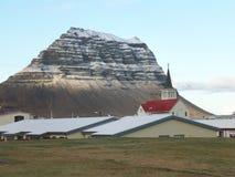 Sneeuw Afgedekte Kirkjufell-Berg die van de Stad van Grundarfjordur, IJsland wordt gezien Stock Foto's