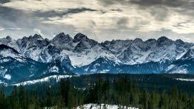 Sneeuw afgedekte pieken van Poolse en Slowaakse Tatra-bergen stock videobeelden