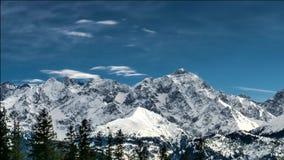 Sneeuw afgedekte pieken van Poolse en Slowaakse Tatra-bergen stock footage