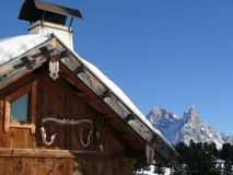 Sneeuw behandeld berghuis royalty-vrije stock foto's